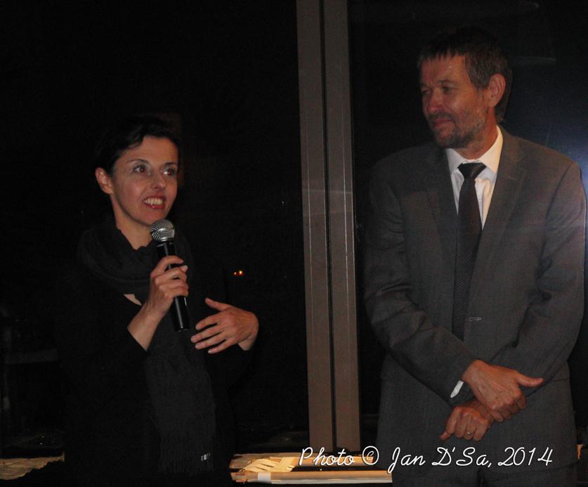 Explaining her work to the visitors. Alongside is Hub... the Director of Alliance Francaise. At the Plantation Lounge, Sofitel JBR, Dubai